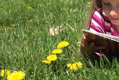 summer reading girl